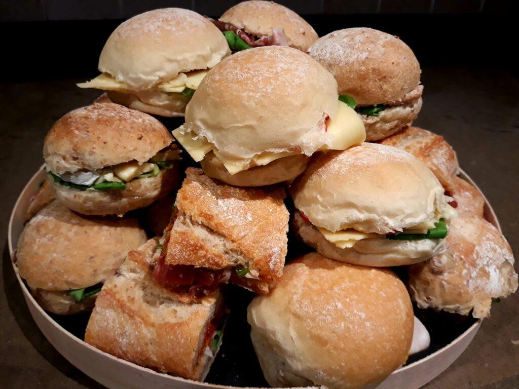 broodjes verwenbroodjes belegde broodjes verrassingsbrood afhaal bestellen loppem